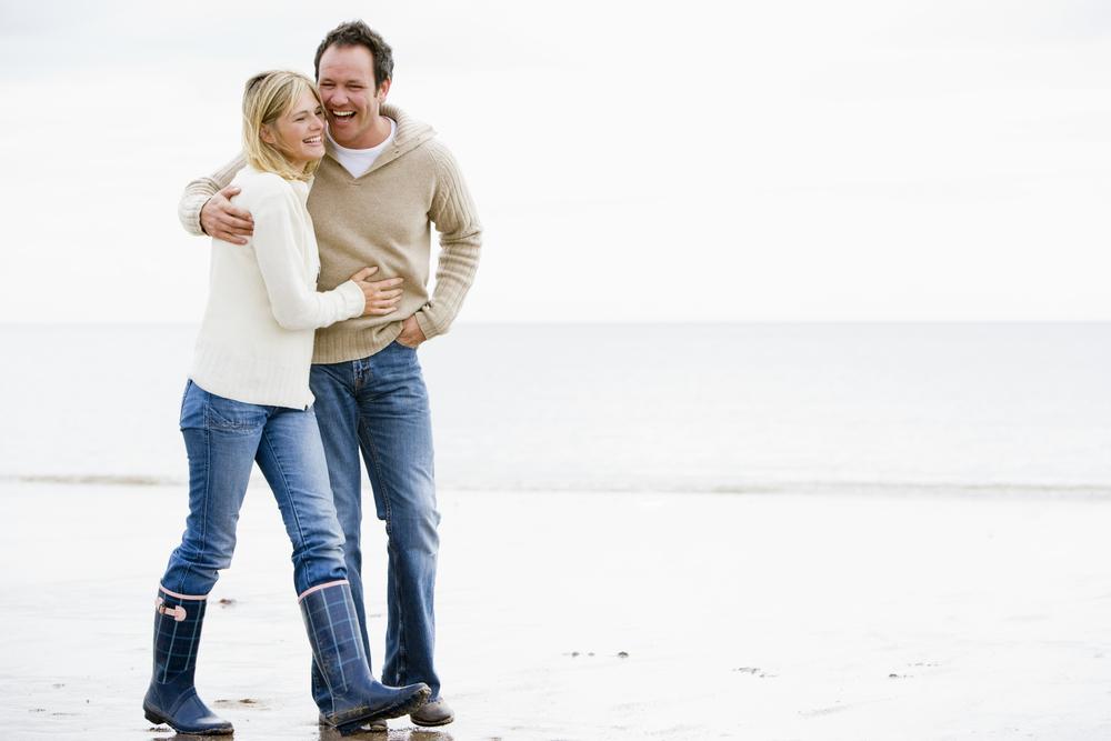 pareja-caminando-playa